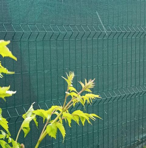 затіняюча сітка на паркані